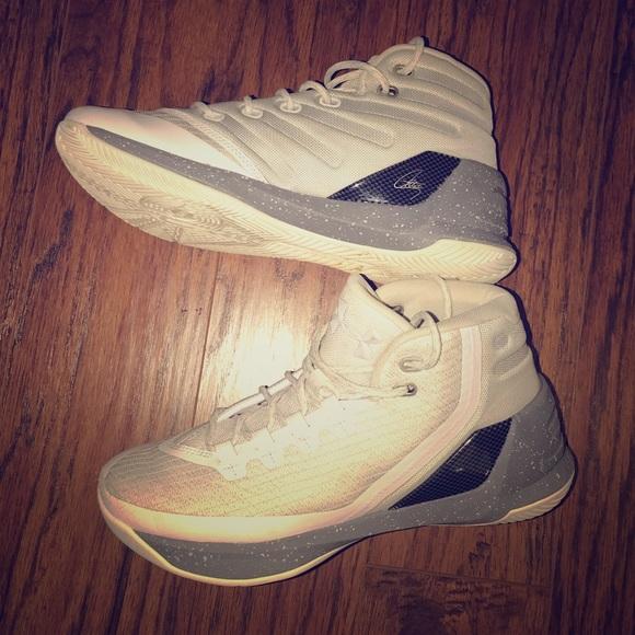e1e5b253146 Youth Under Armour Curry basketball shoes. M 5bfcbe925c44524425eceecf